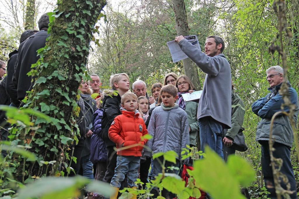 Yann, animateur nature au CEN, emmène petits et grands sur le terrain, à la découverte de leur environnement
