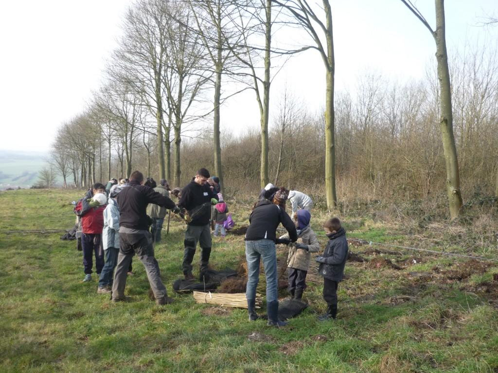 Parents et enfants ont planté des arbres : un beau moment de partage en famille ! (Photo : M. Binet)